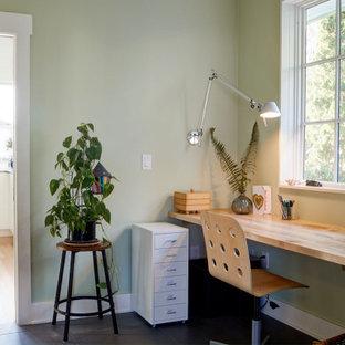 Inredning av ett lantligt arbetsrum, med gröna väggar, klinkergolv i porslin och svart golv