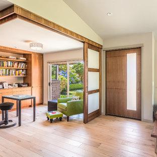 Свежая идея для дизайна: кабинет в современном стиле с белыми стенами, паркетным полом среднего тона и отдельно стоящим рабочим столом - отличное фото интерьера