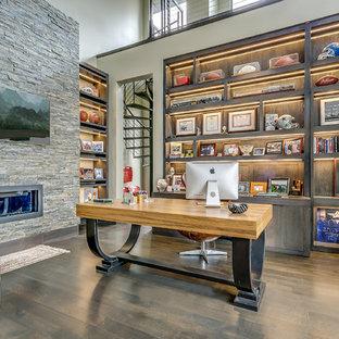 ダラスのトランジショナルスタイルのおしゃれな書斎 (ベージュの壁、濃色無垢フローリング、横長型暖炉、自立型机) の写真