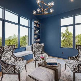 Bild på ett vintage arbetsrum, med ett bibliotek och blå väggar