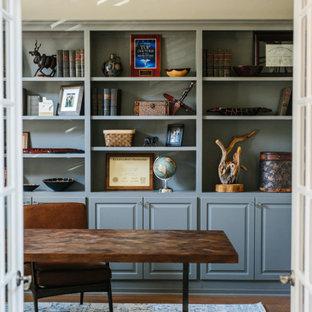 オースティンの中サイズのコンテンポラリースタイルのおしゃれなアトリエ・スタジオ (ベージュの壁、無垢フローリング、暖炉なし、自立型机) の写真