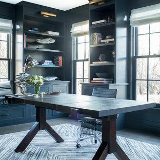ニューヨークの巨大なトランジショナルスタイルのおしゃれなホームオフィス・仕事部屋 (ライブラリー、青い壁、濃色無垢フローリング、暖炉なし、自立型机) の写真