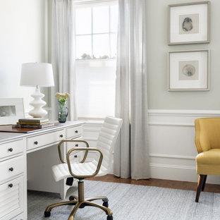 Ispirazione per un ufficio chic con pareti grigie e scrivania autoportante