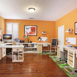 Foto de despacho clásico renovado con parades naranjas