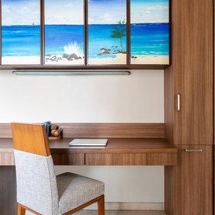 Idéer för ett mellanstort modernt hemmabibliotek, med beige väggar, klinkergolv i porslin, ett inbyggt skrivbord och beiget golv