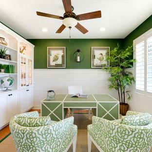 Foto de despacho costero con paredes verdes y escritorio independiente