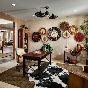 他の地域の中サイズのエクレクティックスタイルのおしゃれなホームオフィス・書斎 (茶色い壁、ライムストーンの床、暖炉なし、自立型机、ベージュの床) の写真
