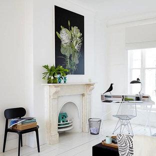 Ispirazione per uno studio nordico con pareti bianche, pavimento in legno verniciato, camino classico, scrivania autoportante e pavimento bianco