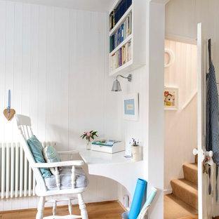Esempio di un piccolo studio costiero con pareti bianche, pavimento in legno massello medio e scrivania incassata
