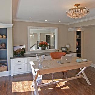 Immagine di un ufficio minimal di medie dimensioni con pareti beige, parquet scuro, nessun camino, scrivania autoportante e pavimento marrone