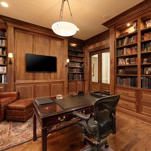 Ispirazione per un grande studio classico con libreria, parquet scuro e scrivania autoportante