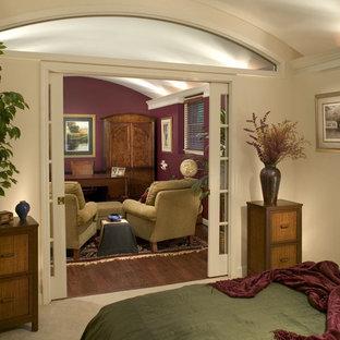 Ispirazione per un ufficio classico di medie dimensioni con nessun camino, scrivania autoportante, pareti rosse e pavimento in legno massello medio