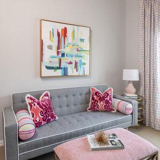 ダラスの中サイズのエクレクティックスタイルのおしゃれなクラフトルーム (グレーの壁、カーペット敷き、造り付け机、ベージュの床) の写真
