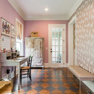 Esempio di uno studio classico di medie dimensioni con parquet scuro, scrivania autoportante, pavimento marrone e pareti viola