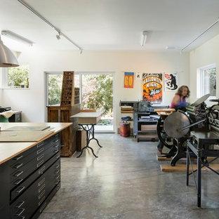 シアトルの中くらいのミッドセンチュリースタイルのおしゃれなアトリエ・スタジオ (コンクリートの床) の写真