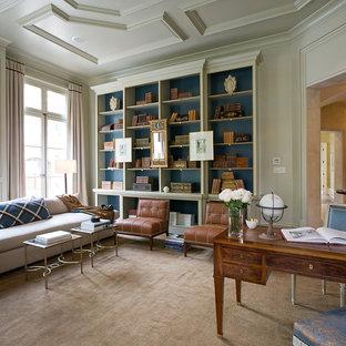 Esempio di un grande studio chic con scrivania autoportante, pareti grigie, libreria e moquette
