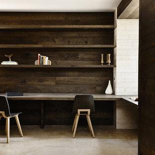 Immagine di un ufficio design con pavimento in pietra calcarea e scrivania incassata
