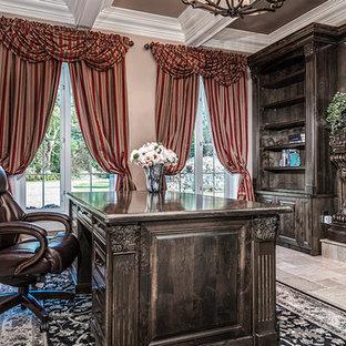 Diseño de despacho tradicional, de tamaño medio, con suelo de baldosas de terracota, chimeneas suspendidas, marco de chimenea de piedra y escritorio independiente
