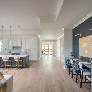 サンフランシスコの広いカントリー風おしゃれなクラフトルーム (青い壁、淡色無垢フローリング、造り付け机、グレーの床) の写真