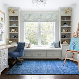 Immagine di un atelier classico con pareti bianche, parquet scuro e scrivania incassata
