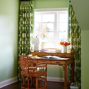 ジャクソンビルの中サイズのトロピカルスタイルのおしゃれな書斎 (緑の壁、濃色無垢フローリング、自立型机、茶色い床) の写真