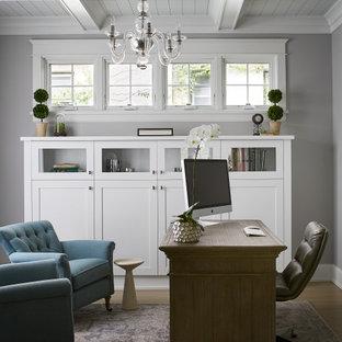 Идея дизайна: рабочее место в стиле современная классика с серыми стенами, отдельно стоящим рабочим столом и кессонным потолком без камина