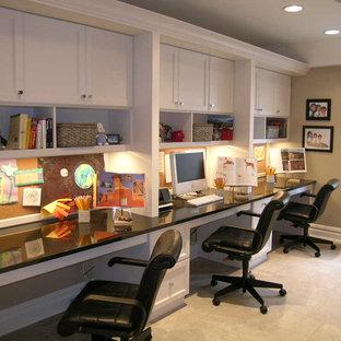 Foto di un ampio studio classico con pareti grigie, pavimento con piastrelle in ceramica, scrivania incassata e pavimento beige