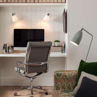Landhaus Arbeitszimmer ohne Kamin mit Arbeitsplatz, weißer Wandfarbe, hellem Holzboden und Einbau-Schreibtisch in Kent