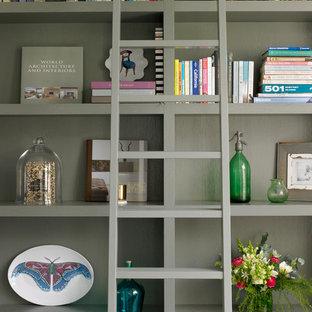 ロンドンの中サイズのエクレクティックスタイルのおしゃれな書斎 (グレーの壁、淡色無垢フローリング、ベージュの床) の写真