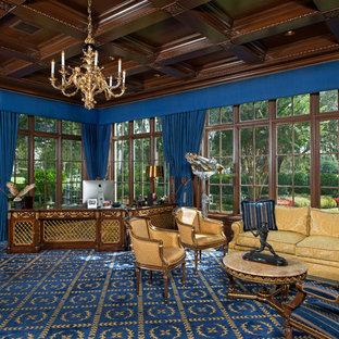 Ispirazione per un ampio ufficio classico con pareti marroni, moquette, scrivania autoportante e pavimento blu