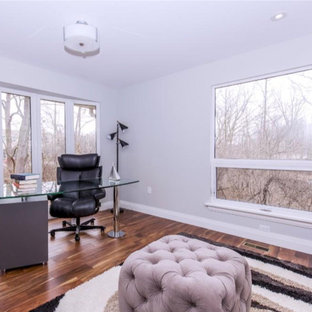 トロントの中くらいのコンテンポラリースタイルのおしゃれな書斎 (グレーの壁、濃色無垢フローリング、暖炉なし、自立型机) の写真