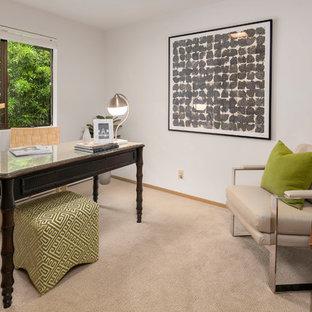 シアトルの広いミッドセンチュリースタイルのおしゃれなアトリエ・スタジオ (白い壁、カーペット敷き、造り付け机) の写真