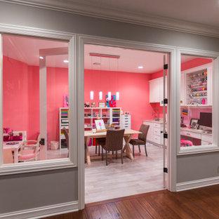 Bild på ett stort funkis hobbyrum, med rosa väggar, klinkergolv i keramik, ett inbyggt skrivbord och grått golv