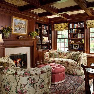 フィラデルフィアの中くらいのトラディショナルスタイルのおしゃれなホームオフィス・書斎 (ライブラリー、茶色い壁、無垢フローリング、標準型暖炉、タイルの暖炉まわり、自立型机、茶色い床) の写真