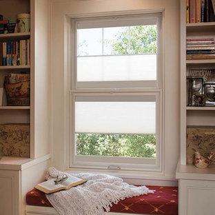 Idéer för ett amerikanskt arbetsrum, med ett bibliotek, vita väggar, mellanmörkt trägolv och beiget golv