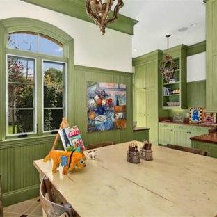Esempio di una stanza da lavoro chic di medie dimensioni con pareti verdi, pavimento con piastrelle in ceramica, nessun camino e scrivania autoportante