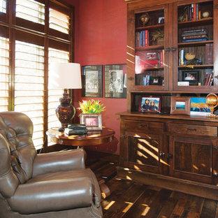 Mittelgroßes Rustikales Arbeitszimmer ohne Kamin mit Arbeitsplatz, roter Wandfarbe, braunem Holzboden und Einbau-Schreibtisch in Sonstige