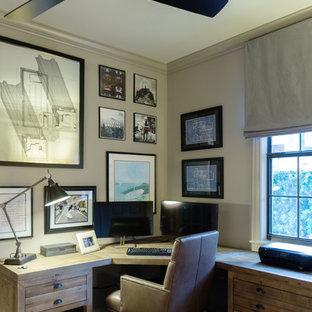 На фото: рабочее место среднего размера в стиле рустика с серыми стенами, отдельно стоящим рабочим столом, серым полом и темным паркетным полом без камина