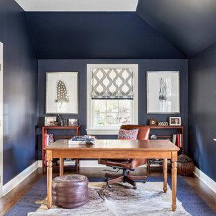 Cette image montre un bureau marin avec un mur bleu, un sol en bois foncé, un bureau indépendant, un sol marron et un plafond voûté.