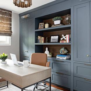 На фото: рабочее место среднего размера в стиле современная классика с серыми стенами, паркетным полом среднего тона, отдельно стоящим рабочим столом и красным полом
