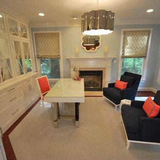 Idée de décoration pour un bureau minimaliste de taille moyenne avec un mur bleu, un sol en bois brun, une cheminée standard, un manteau de cheminée en bois, un bureau indépendant et un sol marron.