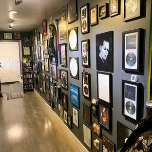 サクラメントのエクレクティックスタイルのおしゃれなアトリエ・スタジオ (グレーの壁、淡色無垢フローリング、自立型机、ベージュの床) の写真