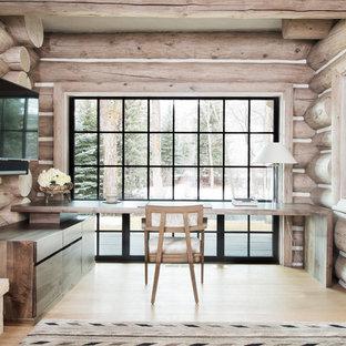 Cette photo montre un bureau montagne avec un sol en bois clair, aucune cheminée et un bureau intégré.