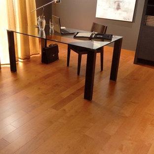 Idee per uno studio minimalista di medie dimensioni con pareti marroni, parquet chiaro, nessun camino, scrivania autoportante e pavimento beige