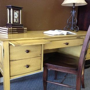 Ispirazione per un ufficio di medie dimensioni con pareti marroni, moquette e scrivania autoportante