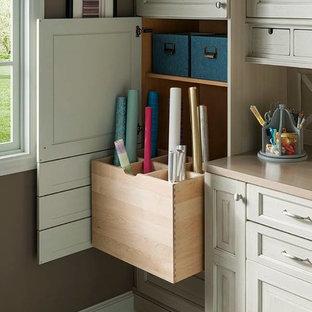 Неиссякаемый источник вдохновения для домашнего уюта: кабинет среднего размера в классическом стиле с местом для рукоделия, коричневыми стенами, полом из керамической плитки и встроенным рабочим столом без камина