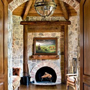 ブリッジポートの大きいトランジショナルスタイルのおしゃれなアトリエ・スタジオ (ベージュの壁、淡色無垢フローリング、標準型暖炉、レンガの暖炉まわり) の写真