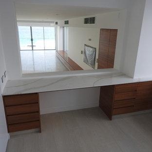 ゴールドコーストの中サイズのコンテンポラリースタイルのおしゃれな書斎 (白い壁、暖炉なし、造り付け机、ベージュの床、セラミックタイルの床) の写真