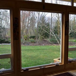 Foto di un piccolo atelier moderno con pareti beige, parquet chiaro, nessun camino e scrivania autoportante