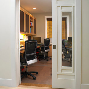 ボストンの中くらいのおしゃれなホームオフィス・書斎 (グレーの壁、コルクフローリング、造り付け机) の写真